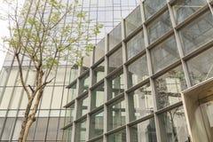Fassade des modernen Bürogebäudes mit Glaswand, errichtendes Äußeres des Geschäfts, äußeres Handelsgebäude Lizenzfreie Stockfotos