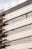 Fassade des modernen Gebäudes mit Baugerüst lizenzfreie stockfotos