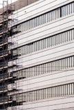 Fassade des modernen Gebäudes mit Baugerüst stockfoto