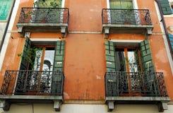 Fassade des roten Backsteins mit vier Balkonen eines Hauses in Oderzo-Provinz von Treviso im Venetien (Italien) Lizenzfreies Stockbild
