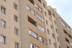 Fassade des schönen modernen Gebäudes mit Fenstern Lizenzfreie Stockfotos