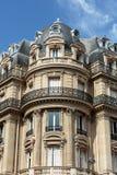 Fassade des typischen Hauses mit Balkon im 16. arrondisement von Paris Lizenzfreie Stockfotos