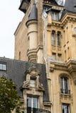 Fassade des typischen Hauses mit Balkon in Paris, Stockfotos