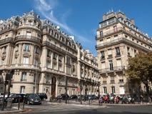 Fassade des typischen Hauses mit Balkon in Paris, Lizenzfreie Stockbilder