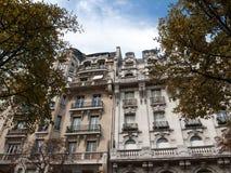 Fassade des typischen Hauses mit Balkon in Paris Stockfoto