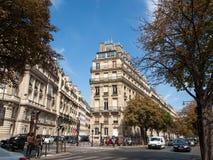 Fassade des typischen Hauses mit Balkon in Paris Stockfotos