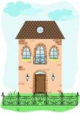 Fassade des Weinlesehauses mit dekorativem Zaun Stockfotografie