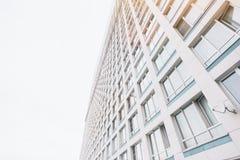 Fassade des zeitgenössischen Wohnwolkenkratzerwohngebäudes lizenzfreies stockfoto