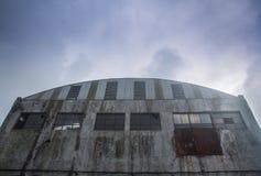 Fassade einer alten Fabrik stockbild