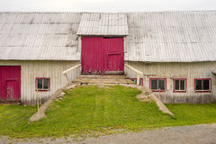 Fassade einer alten Scheune mit roten Türen Lizenzfreie Stockfotos