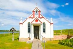 Fassade einer kleinen ländlichen Kirche in der Landschaft - die italienische Kapelle, Großbritannien lizenzfreie stockfotografie