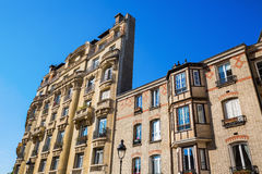 Fassade eines Altbaus in Paris Stockbild