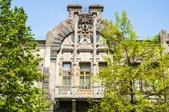 Fassade eines alten Apartmenthauses mit einem Balkon in einer Art Nouveau-Art in Kiew Lizenzfreies Stockfoto