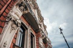 Fassade eines alten Gebäudes in St Petersburg mit Statuen Lizenzfreies Stockfoto