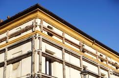 Fassade eines alten italienischen Maurerarbeitgebäudes mit Metallspurstange, Eindämmungsbügeln und Ankerplatte lizenzfreies stockbild