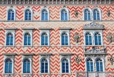 Fassade eines alten traditionellen Gebäudes in Italien Stockbilder