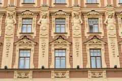 Fassade eines Art- DecoGebäudes mit Verzierungen und Statuen in St Petersburg stockfotografie