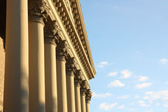 Fassade eines Gebäudes mit Spalten Lizenzfreies Stockfoto