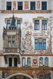 Fassade eines historischen Gebäudes in Prag Stockbild