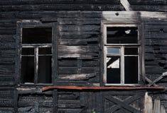 Fassade eines Holzhauses, gebrannt im Feuer Lizenzfreie Stockbilder
