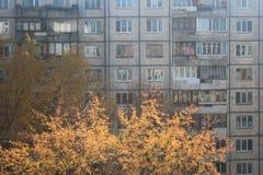 Fassade eines mehrstöckigen stumpfen Apartmenthauses im Herbst stockfotografie