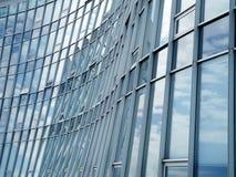 Fassade eines modernen Bürohauses lizenzfreie stockbilder