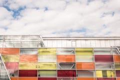 Fassade eines modernen Einkaufszentrums Stockbilder