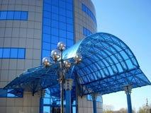 Fassade eines modernen Gebäudes des Einkaufszentrums Stockbilder