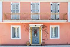 Fassade eines reizenden griechischen Hauses mit Blumen und Balkon Stockfoto