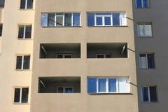Fassade eines schönen mehrstöckigen modernen Gebäudes mit Fenstern und Balkonnahaufnahme Stockfotografie