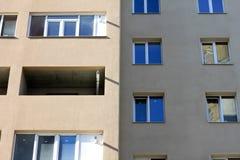 Fassade eines schönen mehrstöckigen modernen Gebäudes mit Fenstern und Balkonnahaufnahme Stockbild