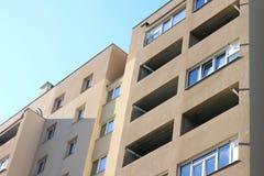 Fassade eines schönen mehrstöckigen modernen Gebäudes mit Fenstern und Balkonnahaufnahme Lizenzfreie Stockfotos
