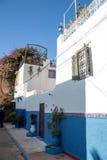 Fassade eines traditionellen Hauses mit gemalten blauen Wänden Lizenzfreies Stockfoto