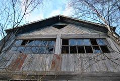 Fassade eines verlassenen Bauernhauses mit zerbrochenen Fensterscheiben Lizenzfreie Stockbilder