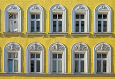 Fassade eines wieder hergestellten Gebäudes stockbilder