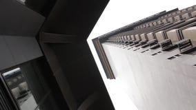Fassade eines Wolkenkratzers stock footage
