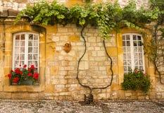Fassade mit Blumen Monpazier Stockbild