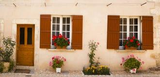 Fassade mit Blumen Saint Jean de Cole Stockfoto