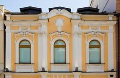 Fassade mit drei Fenstern Stockbild