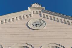 Fassade mit einer Uhr lizenzfreies stockbild