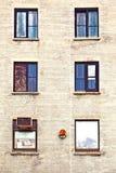 Fassade mit Fenster und Schwarzweiss-Farbe Stockbild