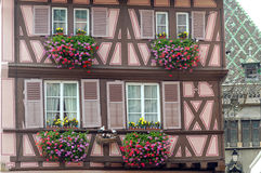 Fassade mit Fenstern stockfotografie