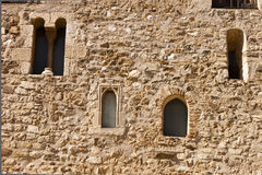 Fassade mit Fenstern im Romanesquekloster von Sant Cugat Stockbild