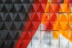 Fassade mit gemalten keramischen dreieckigen Fliesen Stockfoto