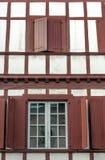 Fassade mit roten Fenstern Stockbilder