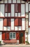 Fassade mit roten Fenstern Lizenzfreies Stockbild