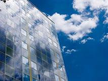 Fassade mit Sonnenkollektoren Stockfotos