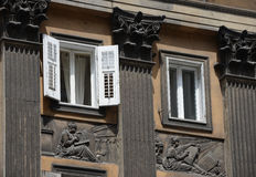 Fassade mit Spalten, Entlastungen, Fenster auf Corso Italia, Triest Lizenzfreies Stockfoto