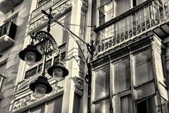 Fassade mit Straßenlaterne Stockfotos