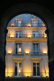 Fassade in Paris - Abend Stockbild